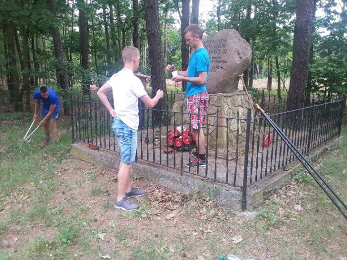 Opiekujemy się pomnikiem powstańców styczniowych.