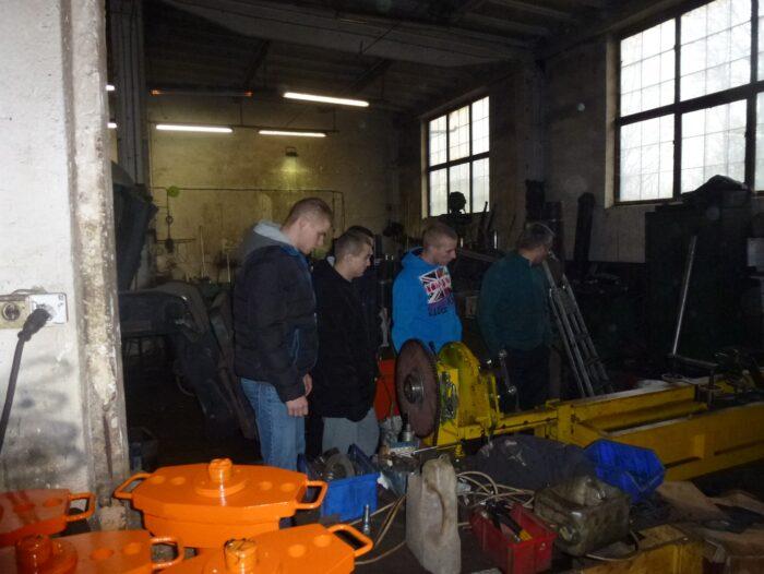 Wycieczka uczniów II klasy ZSZ kształcących się w zawodzie ślusarz do zakładów produkcyjno - usługowych.