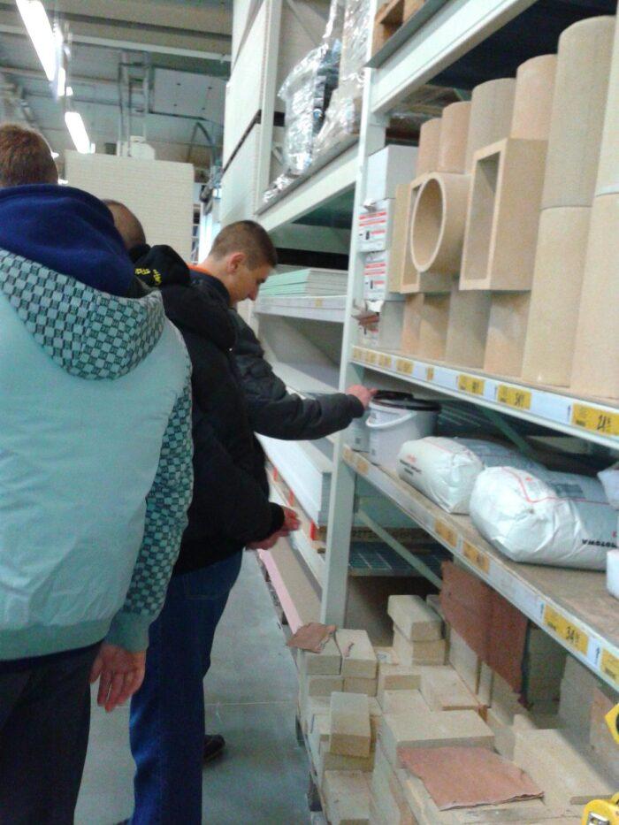 Wycieczka grupy monter zabudowy i robót wykończeniowych w budownictwie do sklepu budowlanego